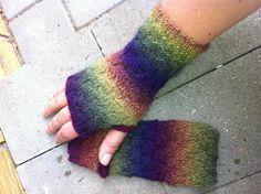 Pulsvarmere gratis strik opskrift Fingerless Gloves, Arm Warmers, Diy And Crafts, Barn, Knitting, Craft Ideas, Sweater, City, Google