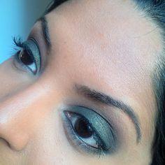 #motd is a dark moss green smokey eye look using the #BalmVoyage #palette by #thebalmcosmetics   Browbone highlight - B1  Crease - C3  Bottom and top eyelids - D4  Outer third - B4  #crueltyfree #makeup #thebalm #makeuppalette #mossgreen #smokeyeye #fotd #nofilter #brownskin #blackeyes #hotashi