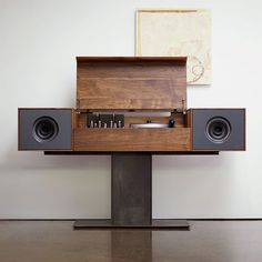 Screen in those speakers and this record player would be truly a thing of beauty. Man would it be amazing to own.