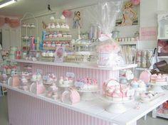 Carlos: tienda de pasteles de color rosa, que aporta la esencia de dulzura