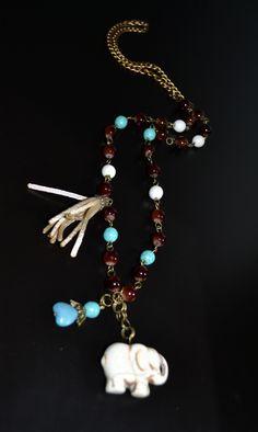 262b76065a28 Collar de perlas de colores y dije de elefante