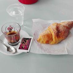 Inizio il venerdi con un bel caffè e con un cornetto crema ed amarene. Buongiorno. #goodmorning #buongiorno #breakfast #cornetto #coffee #caffe #relax #good #istagood #food #istafood #foodporn #italianfood #like4like #followme #follow4follow #followforfollow