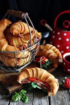 Vasárnap reggel egyszerűen rám jön a kifli-sütés. Késztetést érzek arra, hogy reggelire ott ékeskedjen az as... Bread And Pastries, Croissant, Butter, Baking, Breakfast, Recipes, Morning Coffee, Bakken, Recipies