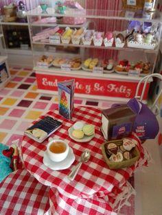 Te con macaroons, sevilletero y menu triptico en Miniatura casa de muñecas dollhouse 1:12