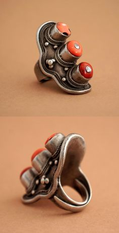 Tibet | Silver and coral saddle ring; worn by both men and women either as a finger or hair ring | € 220