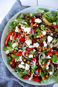 Crispy Salad With Oven Baked Peppers, Red Onion, Feta And Roasted Chickpeas - Salat Healthy Eating Habits, Healthy Salads, Clean Eating Snacks, Veggie Recipes, Real Food Recipes, Salad Recipes, Healthy Recipes, Feta, Baked Peppers