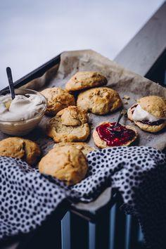 Skotlantilaiset skonssit (V) – Viimeistä murua myöten Clotted Cream, Pretzel Bites, Margarita, Food And Drink, Bread, Tarts, Mince Pies, Pies, Brot