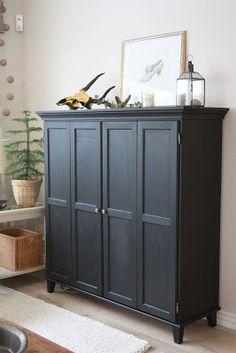 Mustaksi maalattu TV-kaappi on tervaleppää ja sen saa pintakäsiteltyä minkä väriseksi tahansa. Kaappia on 3 eri kokoa. Tässä mitat: 135x45x135 cm.