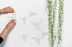 Kolibri Schwarm Sticker in #Position bringen...  #holzsticker #wandtattoosausholz #vragment #geometrisch #holzdeko #origami #interiordesign #wandtattoo #tangram #wooddeco #cooldeco #creativedecoration #walldesign #kolibri #Vogelschwarm #DIY #selbermachen #sticker