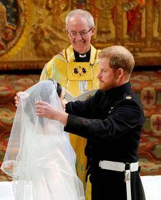Prinssi Harryn herkistynyt olemus vaihtui leveään virneeseen, kun Meghan saapui alttarille.
