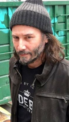 True test of being gorgeous. No matter how he dresses up or down, he looks damn fine😍😘 Keanu Reeves House, Keanu Reeves John Wick, Keanu Charles Reeves, Keano Reeves, Keanu Reeves Quotes, Little Buddha, Most Beautiful Man, Beautiful People, Celebrity Crush