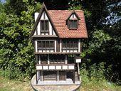 Expensive but exquisite Tudor dollhouses made by Kevin Jackson.  WOW !  http://kjdollshouses.co.uk/