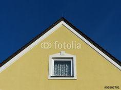 Fenster einer Dachwohnung mit spitzem Giebel eines Wohnhaus in Markt Burgheim in Oberbayern