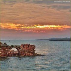 Poesie dimenticate. La #PicOfTheDay #turismoer di oggi osserva il #tramonto sulle Valli di #Comacchio. Complimenti e grazie a @intrattabile / Forgotten poetries. Today's #PicOfTheDay #turismoer observes the #sunset over #Comacchio Valleys. Congrats and thanks to @intrattabile