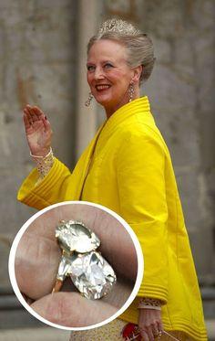 Queen Margrethe of Denmark The Ring: un anillo estilo toi et moi de dos diamantes Royal Engagement Rings, Celebrity Engagement Rings, Danish Royalty, English Royalty, Engagement Celebration, Royal Tiaras, Danish Royal Family, Royal Jewelry, Jewellery