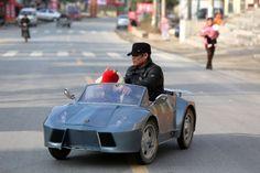 Landwirt Guo baute für seinen Enkel einen batteriebetriebenen Mini-Sportwagen. Knapp 600 Euro hat das Gefährt gekostet, es wird mehr als 40 Kilometer pro Stunde schnell.