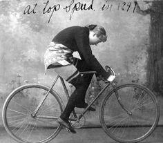 Velo Illustration 108: «Tillie Anderson, 1897». Die schwedisch-amerikanische Radrennfahrerin Tillie Anderson musste sich nach dem Tod ihres Vaters als Achtjährige bei Bauern verdingen, um die Familie zu ernähren. 1891 emigrierte Tillie in die USA, wo sie bei einem Schneider arbeitete und sich dabei das Geld für ein Fahrrad zusammensparte.  Die damals beste Radrennfahrerin der Welt brach Rekorde über alle Distanzen, vom Sprint bis zu Ausdauerstrecken.