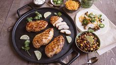 Here's a Tex-Mex way to serve lean and tender chicken breast. Boneless Pork Chops, Boneless Chicken, Chicken Spices, Chicken Chili, Black Bean Salsa, Black Beans, Grilled Salmon, Grilled Chicken, Easy Recipes