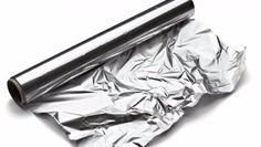 O papel alumínio costuma ser muito usado na cozinha, em receitas nas quais os alimentos precisam de ser cobertos para irem ao forno. Mas essa não é a sua única função. Conheça algumas utilidades do papel alumínio! #Utilidades_do_Papel_Alumínio #dicas #truques #cozinha #papel