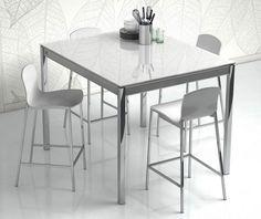 El mobiliario auxiliar, como la mesa y las sillas, que dependiendo de su material también pueden aportar su granito en la iluminación de la cocina