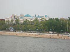 アムール川の岸辺の水浴客とハバロフスクの街並み View of Habarovsk from Amur River ◆ハバロフスク - Wikipedia https://ja.wikipedia.org/wiki/%E3%83%8F%E3%83%90%E3%83%AD%E3%83%95%E3%82%B9%E3%82%AF #Khabarovsk