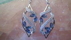 Boucles d'oreilles design avec Aigues-marines & Zircones taillées en marquise bleue facettée.