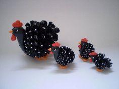galinha de pinha com 3 filhotes Nature Crafts, Fall Crafts, Crafts To Make, Crafts For Kids, Arts And Crafts, Diy Crafts, Pine Cone Art, Pine Cone Crafts, Pine Cones