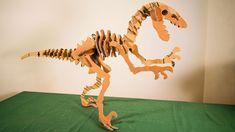 Neste vídeo, ensinamos como fazer um dinossauro usando apenas papelão!