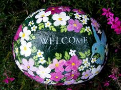 Hand-painting on rocks is a timeless craft that can provide hours of fun and relaxation for anyone. Painted Garden Rocks, Painted Rocks Craft, Hand Painted Rocks, Painted Pebbles, Painted Stones, Rock Painting Patterns, Rock Painting Ideas Easy, Rock Painting Designs, Pebble Painting