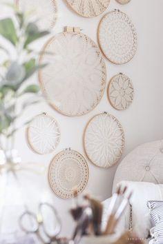 Diy Wand, Diy Wall Decor, Diy Home Decor, Room Decor, Wall Decorations, Home Decor Items, Mur Diy, Doily Art, Ideias Diy