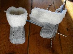 Tuto little booties fur boots - Knitting 01 Baby Booties Knitting Pattern, Knitted Booties, Knitted Slippers, Crochet Baby Booties, Baby Knitting, Knitted Baby, Baby Boy Booties, Baby Boots, Diy Crafts Knitting