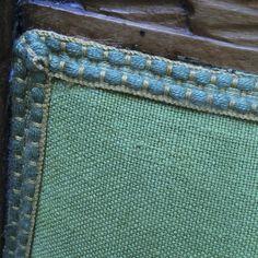 Particolare di sedia in rovere originale della metà '800 riportata al colore originale del legno naturale. Lo schienale è in tessuto di lino verde acqua con passamaneria giocata sulle cromie del turchese e del bianco. Progetto e collezione privata di STRA-DE STRATEGIC-DESIGN.