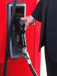 """@EliciaDover: """"Newt Gingrich reaching for the gas pump in Pell City, Ala. http://pic.twitter.com/AhofJZBe"""""""
