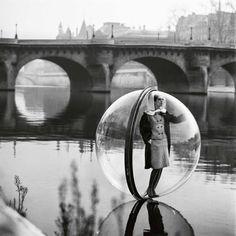 Une femme dans une bulle de plexiglas en 1961
