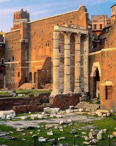 El templo de Marte Vengador  Del santuario erigido por Augusto en el foro romano sólo quedan en pie tres columnas con capiteles corintios, pertenecientes al lado derecho del templo.