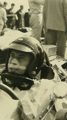 1964 Dutch GP, Zandvoort : Jim Clark with tape on his face, to keep it safe from goggles red marks...!? (ph: forum-auto.com).