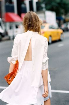 Kristina Bazan was snapped by street style photographer Vanessa Jackman wearing a backwards button down shirt. Looks Street Style, Looks Style, T-shirt Dos Nu, Looks Total White, Backless Shirt, Kristina Bazan, Diy Vetement, Vanessa Jackman, All White Outfit