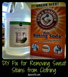 Forget those nasty yellow sweat stains for good! DIY Fix for Removing Sweat Stains from Clothing. for my Tennis clothes! Do It Yourself Fashion, Do It Yourself Home, Cleaners Homemade, Diy Cleaners, Cleaning Recipes, Cleaning Hacks, Organizing Tips, Remove Sweat Stains, Clean Baking Pans