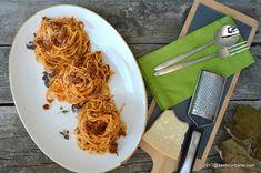 cum se fac spaghete bolognese reteta Bolognese, Chicken Wings, Carne, Pasta, Meat, Ethnic Recipes, Food, Al Dente, Pastries