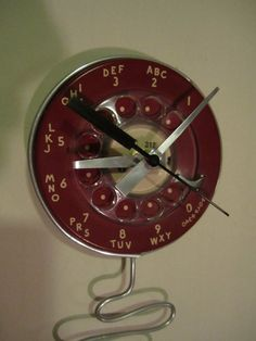 upcycle phone rotary into a clock! (from etsy: user name woskab) ~ AHHH! I want one so bad! Teen Projects, Diy Projects, Modern Art Styles, Gear Clock, Diy Clock, Clock Wall, Clock Decor, Steampunk Clock, Record Clock