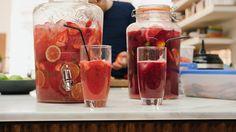 Een overheerlijke aardbeien- en frambozenlimonade, die maak je met dit recept. Smakelijk!
