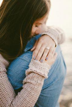 Ideen Verlobungsshooting, romantisch, sie umarmt ihn, Fokus auf den Verlobungsring