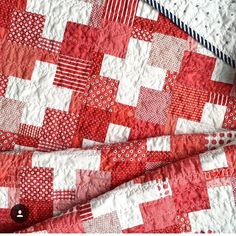 I think @emily_dennis_ is one of my favorite quilters. In my opinion she chooses some of the best colors with the best patterns and sometimes I wish I could go to her house just to see her gorgeous quilts. This fabulous #swissquilt has the perfect blend of red to white with a perfect binding to top it all off. #southernfabric #quilting