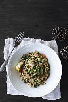 Spaghetti med grønnkål, gressløk og røkt laks
