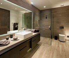 carrelage sol salle de bain aspect bois, vasque en porcelaine blanc neige, cabine de douche en verre transparent et meuble de rangement en bois massif