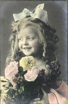 niña con flores amarillas y rosadas