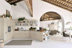 Imaginava a sua cozinha com tecto em madeira? Veja outras divisões com tectos em madeira deslumbrantes https://www.homify.pt/livros_de_ideias/29258/superficies-em-madeira-tectos-com-estilo #madeira #tecto #cozinha #espaço #homify