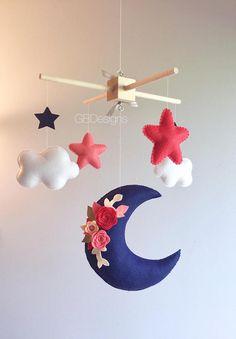 ♥ BIENVENIDO ♥ Todos los móviles están hechos con mucho amor, con una gran cantidad de atención y consideración en su diseño y producción. DETALLES Y DIMENSIONES: ======================= Cada elemento de la felpa se crea con fieltro, ligeramente lleno con relleno de poliéster hipoalergénico. Las estrellas miden 3 x 3. Las nubes 3,5 x 3, las medidas de la luna grande 8 x 6.5....