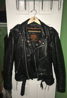 medium leather jacket with thermos zip out liner that can be attached for extra cold days or removed when its more hot. no rips or tears bought at a harley davidson authorized store Riders Jacket, Motorcycle Jacket, Beige Suits, Leather Jackets For Sale, Battle Jacket, Estilo Rock, All American Girl, Greaser, Cold Day