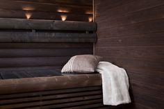 Tumma, mokan sävyinen kuusipaneeli tekee saunan ilmeestä ihanan tunnelmallisen. Klikkaa kuvaa, niin näet tarkemmat tiedot.